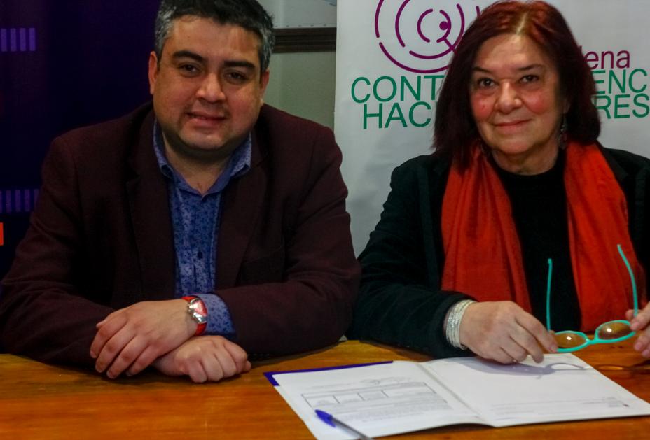 Soledad Rojas, de la Red Chilena contra la Violencia hacia las Mujeres, y Patricio López, de Radio UChile, firmando acuerdo de colaboración.