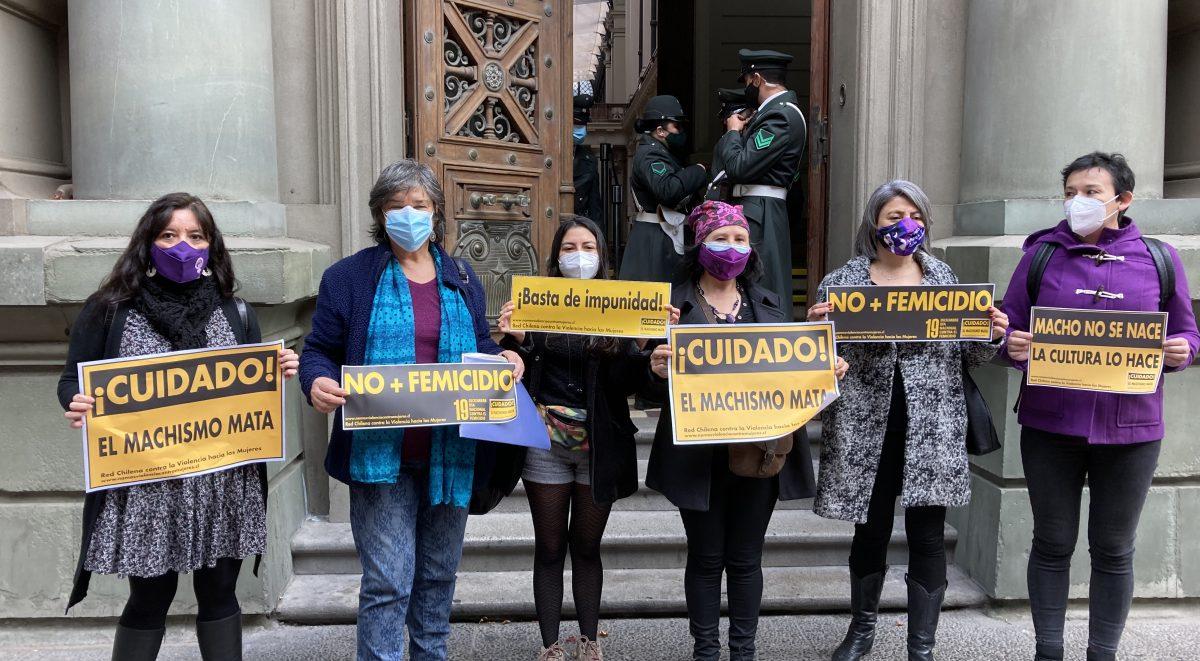 Mujeres feministas presentando recurso de protección contra Camilo Para Soto fuera de la Corte de Apelaciones de Santiago