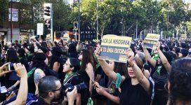 """cartel """"saca la misoginia de tu línea editorial"""" en una marcha. Foto de Sofía Salinas"""
