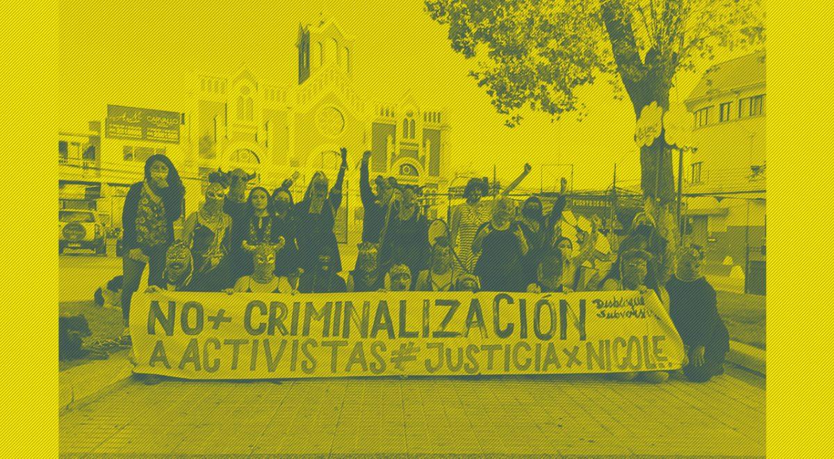 """Desbloque Suversivo en Plaza de Quillota con cartel que dice """"No más criminalización a activistas de Justicia por Nicole"""", diciembre de 2020."""